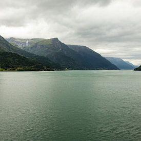 Ein See in Norwegen mit Bergkulisse | Fine Art Photo Print von Karijn | Fine art Natuur en Reis Fotografie