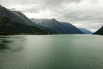 Un lac en Norvège avec un paysage de montagne   tirage photo d'art sur Karijn   Fine art Natuur en Reis Fotografie