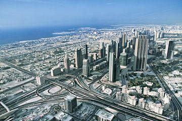 Dubai Skyline vom Stadtzentrum bei Sonnenaufgang, Dubai, Vereinigte Arabische Emirate von Tjeerd Kruse
