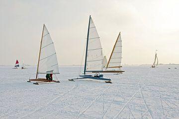 IJszeilen op de Gouwzee in de winter in Nederland van Nisangha Masselink