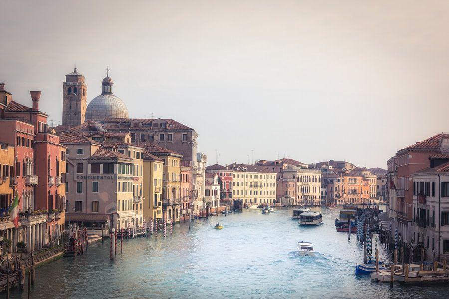 Venetië in de vroege morgen van Wim van de Water