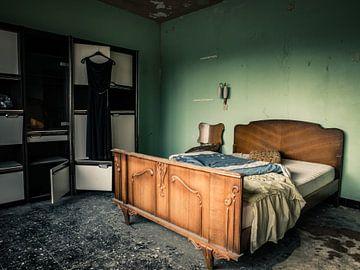 Schlafzimmer mit Bett in einer verfallenen Villa von Art By Dominic