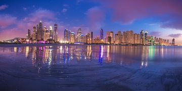 Dubai Marina Panorama Skyline op het blauwe uur van Jean Claude Castor