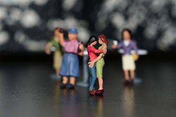 Kleine miniaturen, de dansende lesbiennes van JM de Jong-Jansen