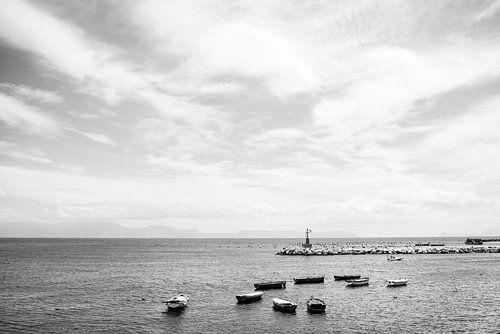 Fine art zwart wit foto van boten en vuurtoren in haven van Napels, Italië