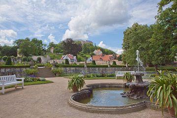Uitzicht over de baroktuinen bij het kleine kasteel naar kasteel Blankenburg (Saksen-Anhalt) van t.ART