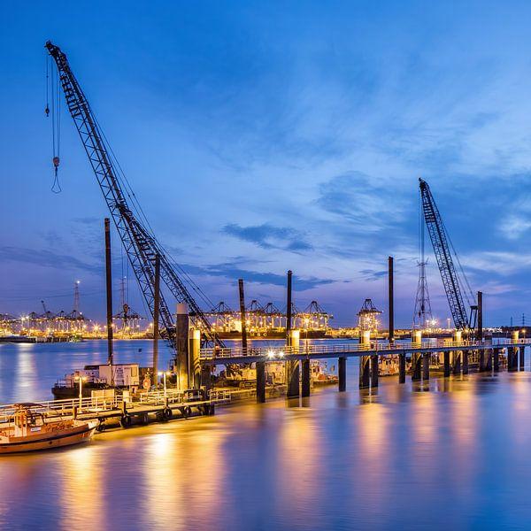 Verlichte pier met grote kranen op twilight_1 van Tony Vingerhoets