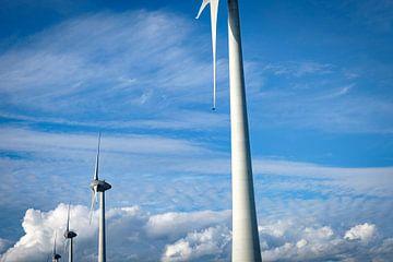 Windturbine zur Stromerzeugung in einem Windpark mit Wolken im Hintergrund von Sjoerd van der Wal
