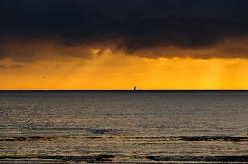 Ondergaande zon met dreigende lucht van Erwin Maassen van den Brink