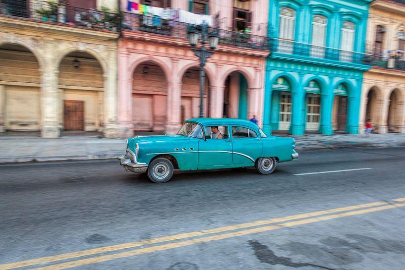 Oldtimer classic car in Cuba in het centrum van Havana. One2expose Wout kok Photography van Wout Kok