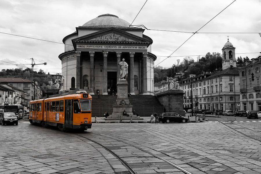 Tram in Turijn  bij de Gran Madre van Leanne lovink