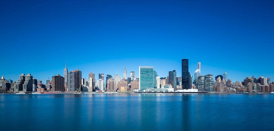 New York Skyline in Blue van Inge van den Brande