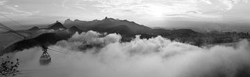 Rio in de wolken (zwartwit) van Merijn Geurts
