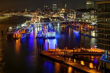 Hamburg bei Nacht - Blick auf den Hafen von Sabine Wagner