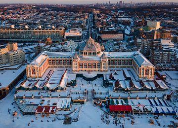 Een luchtfoto van het Kurhaus (Scheveningen) dat bedekt ligt onder de sneeuw. van Claudio Duarte