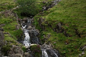 Watervalletje van een berg von Tom Goldschmeding