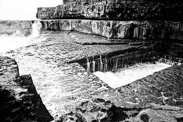 Das Wurmloch in Irland ist spektakulär zu sehen: Wie die Wellen von links nach rechts verlaufen. von Tjeerd Kruse