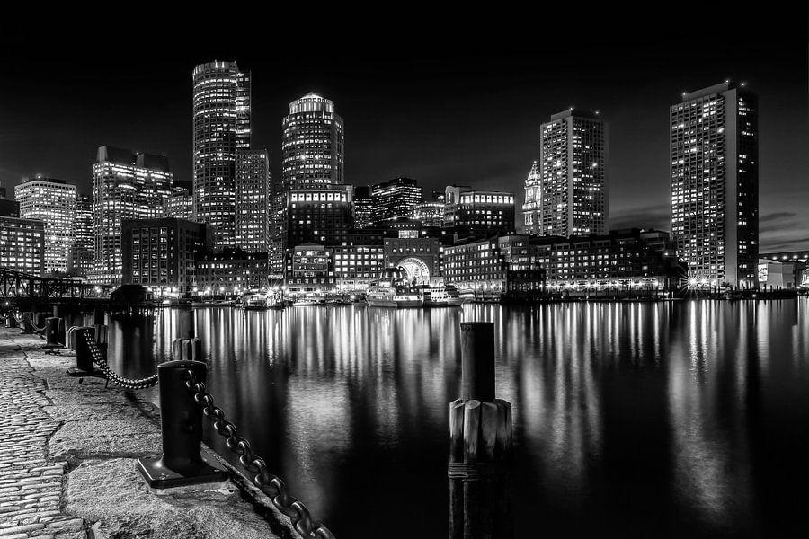 BOSTON Fan Pier Park En Skyline bij nacht | zwart-wit van Melanie Viola
