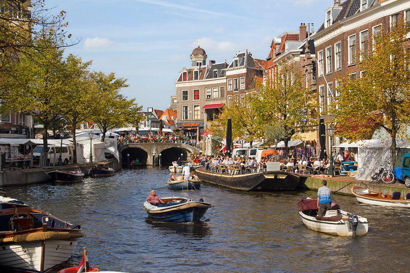 Bootjes en Markt in Leiden von Jan Kranendonk