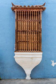 Hellblaues Haus mit einem authentischen Fenster mit Holzsprossen im Zentrum von Cartagena de las Ind von WorldWidePhotoWeb