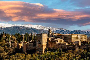 Alhabra in Granada Andalusië met wolken van Dieter Walther