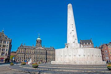 Monument op de Dam en het Koninklijk Paleis in Amsterdam van Nisangha Masselink