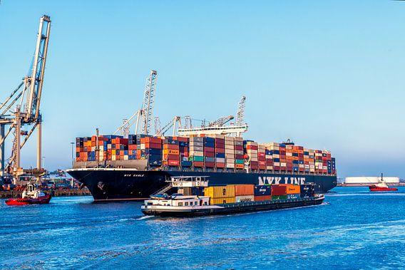 Containerschip in de haven van Rotterdam bij de container terminal van Sjoerd van der Wal