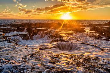 Der Ozean pocht auf die Felsen in Hawaii von Jim De Sitter