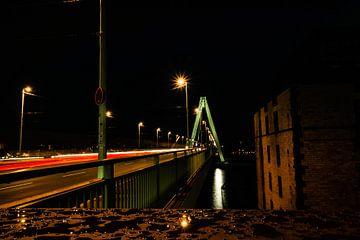 Severinsbrücke 's nachts van Tom Voelz