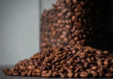 Eine ganze Reihe Kaffeebohnen von Onno van Kuik