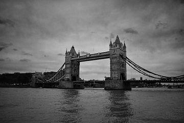 Towerbridge London de loin en noir et blanc sur Mireille Schipper