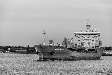 Schip in haven van Rotterdam van Ton de Koning