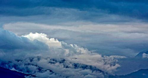 wolken rollen over de heuvels van