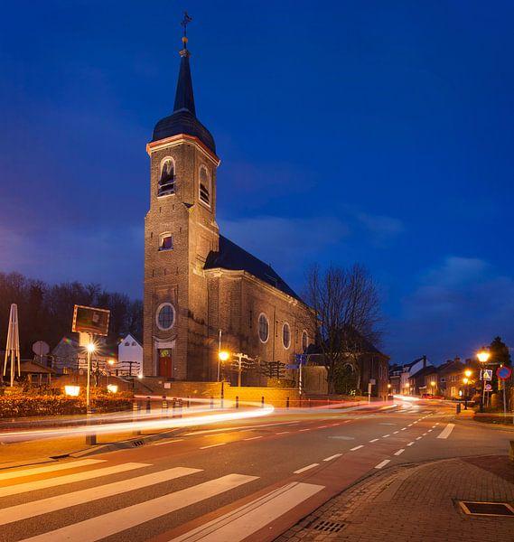 De Sint-Agathakerk  in Eys tijdens het blauwe uurtje van John Kreukniet