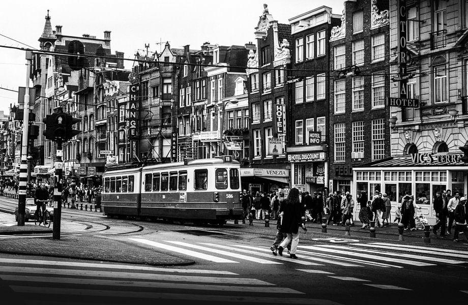 Damrak Amsterdam zwart-wit 80-er jaren
