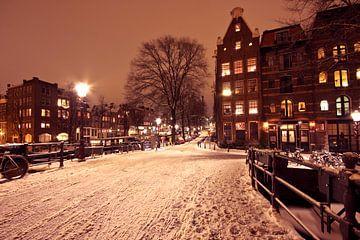 Besneeuwd Amsterdam in Nederland bij nacht van Nisangha Masselink