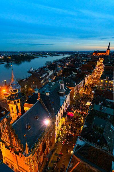 Zicht op de Hanzestad Kampen van bovenaf in de avond van Sjoerd van der Wal