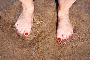 Füße einer Frau am Strand von Heiko Kueverling