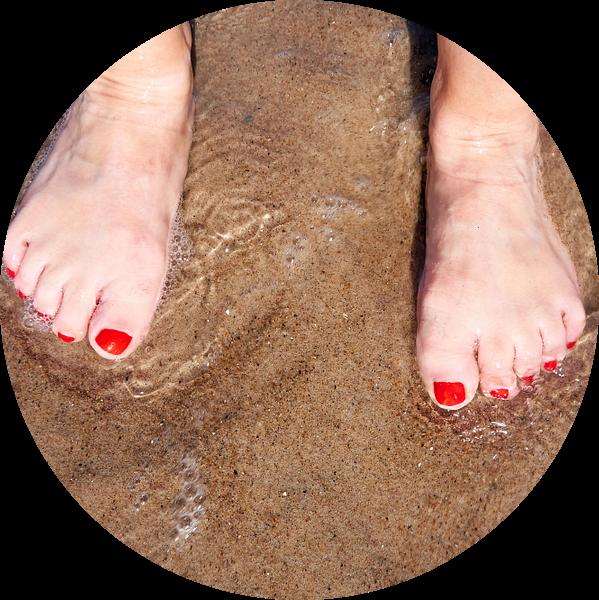 Voeten van een vrouw op het strand van Heiko Kueverling
