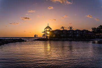 Sonnenuntergang am Strand von Avila in Curacao von Joke Van Eeghem