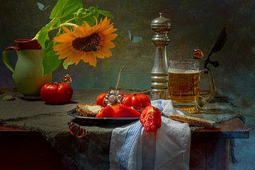 Stilleven Tomaten zonnebloem en bier van Willy Sengers