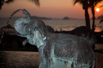 Sonnenuntergang hinter einem Elefantenspringbrunnen am Strand von Krabi (Thailand) von t.ART