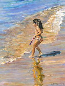 Klein meisje aan de zee van Benidorm in Spanje. van