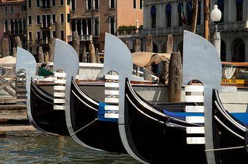 Gondels in Venetie van Remco Swiers
