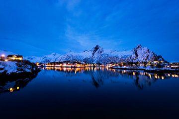 Nächtlicher Blick über die Stadt Svolvaer auf den Lofoten in Norwegen von Sjoerd van der Wal