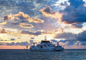 M.S. Oerd Passagierschip Ameland - Holwerd tijdens zonsondergang van R Smallenbroek
