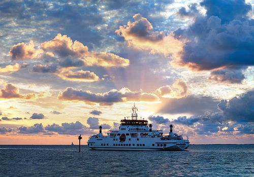 M.S. Oerd Passagierschip Ameland - Holwerd tijdens zonsondergang