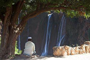 Jongeman rust bij de watervallen van Ouzoud van