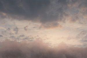 boven de wolken in de prachtige avond atmosfeer van Besa Art