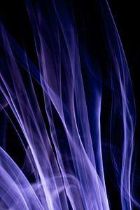 Blauwe wierook tegen een zwarte achtergrond